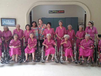 Bezoek aan bejaardentehuis Wisma Kasih Agape