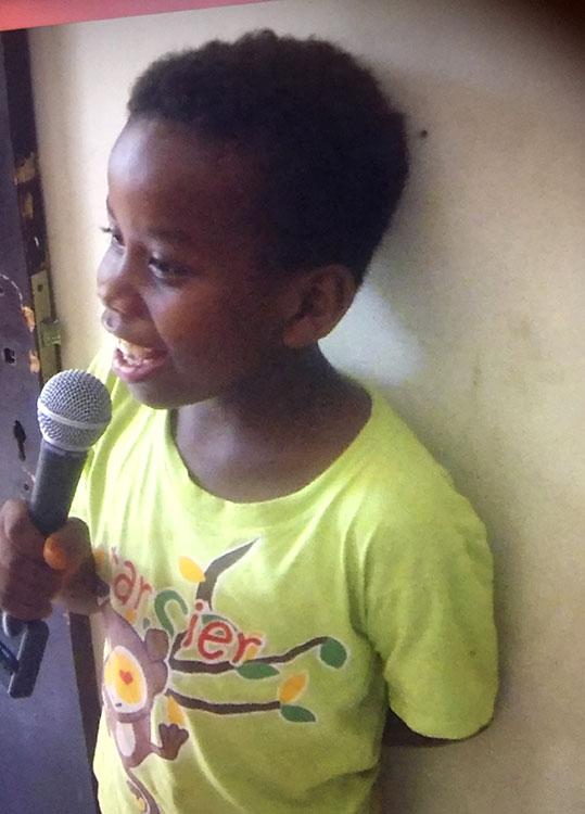 Jongetje zingt in microfoon