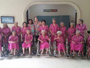 Bezoek aan bejaardenhuis Wisma Kasih Agape