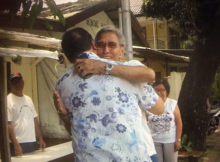 Foto van twee broers die elkaar na 68 jaar weer zien.